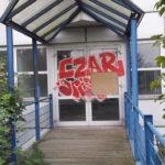 Glastür vor Graffiti Entfernung