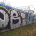 Metallwand vor Graffiti Entfernung